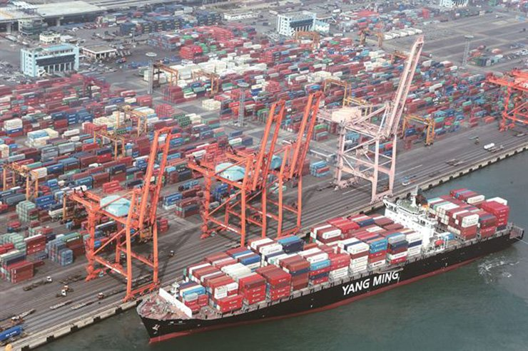 Korea's exports moved down 5.8 percent in January from a year earlier. Korea Times file
