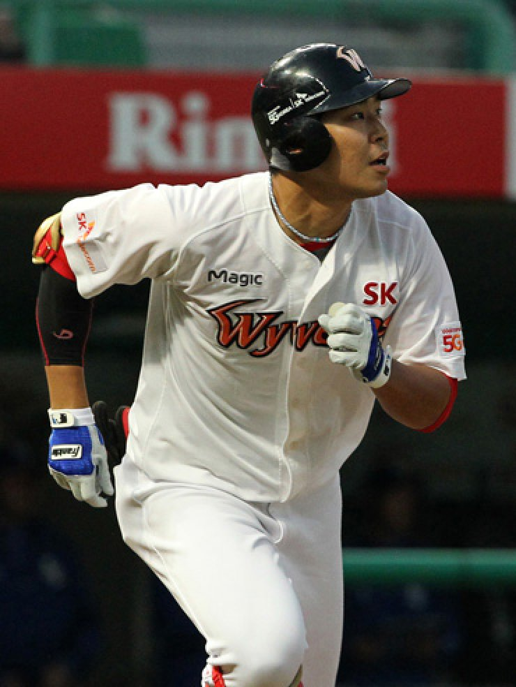 SK Wyverns fans call Han Dong-min, left, and Kim Dong-yup 'the Dong-Dong brothers' as the two players share Dong as their first names, although they are not real siblings. / Yonhap