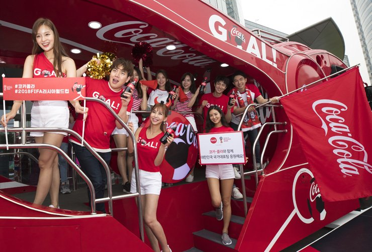 A Coca-Cola-organized cheer squad supports the Korean national football team at COEX in Seoul, Saturday, one day ahead of the nation's first World Cup match against Sweden. / Yonhap