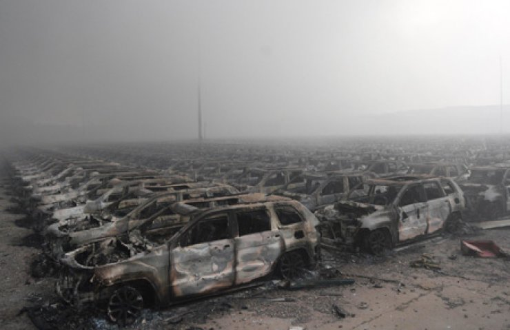 This photo taken on August 13, 2015 shows rows of burnt out cars after a series of explosions at a chemical warehouse hit the city of Tianjin, in northern China. A Chinese military team of nuclear and chemical experts began work on August 14 at the site of the two massive explosions in the city of Tianjin, state media said, as pressure grows for authorities to explain the cause of blasts that left 50 dead./AFP-Yonhap