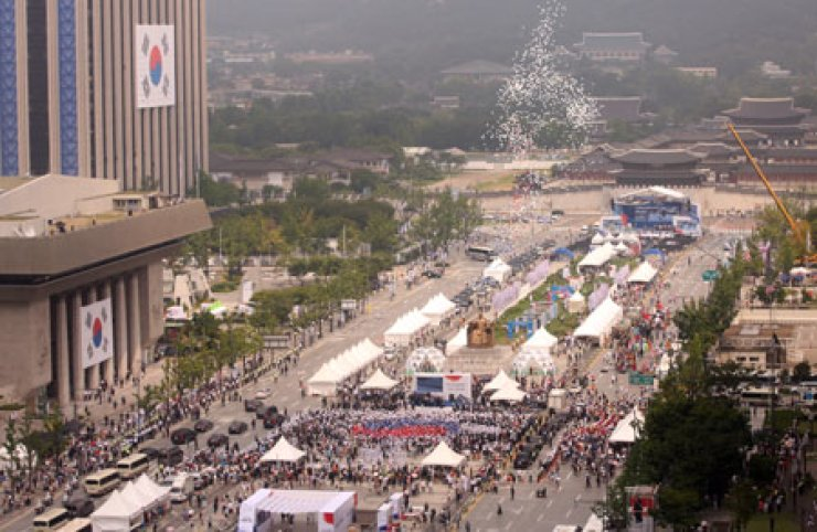 Citizens take part in a flash mob honoring Liberation Day at Gwanghwamun Square, downtown Seoul, Saturday. / Yonhap
