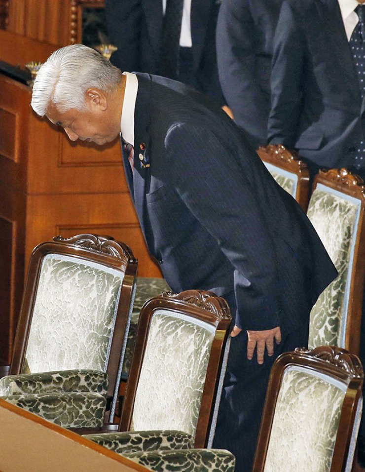 Japanese Defense Minister Gen Nakatani vows to Japanese lawmakers after passing the security bills on Saturday morning. / Yonhap