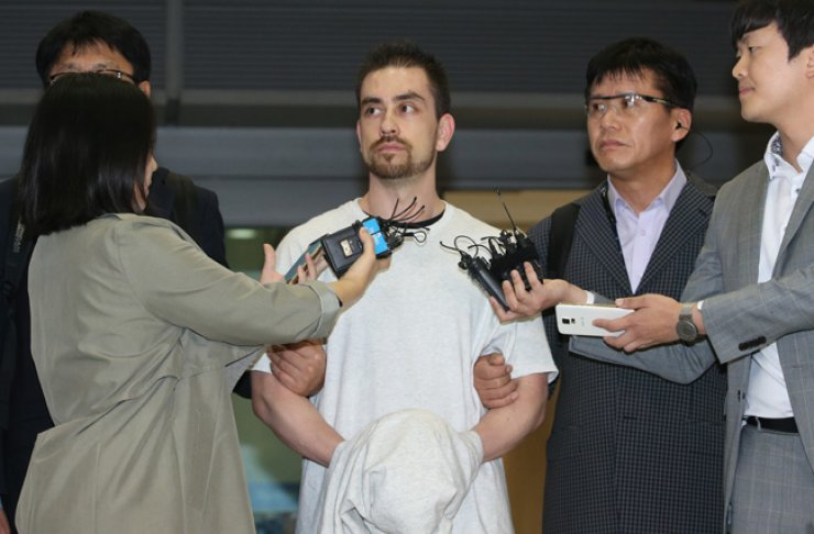 Arthur Patterson, the suspect of a 1997 murder in Itaewon, arrives at Incheon International Airport, Wednesday, after he had been extradited to Korea 16 years after he fled to the U.S. / Yonhap