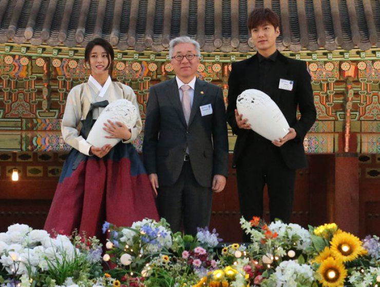 Seolhyun, left, with the Minister of Culture, Sport and Tourism Kim Jong-deok at the center and Lee Min-ho / Yonhap