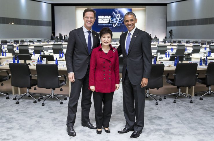 President Park Geun-hye, center, takes a photo with U.S. President Barack Obama and Dutch Prime Minister Mark Rutte after the afternoon session of the the Nuclear Security Summit in Washington on April 2. / Korea Times file
