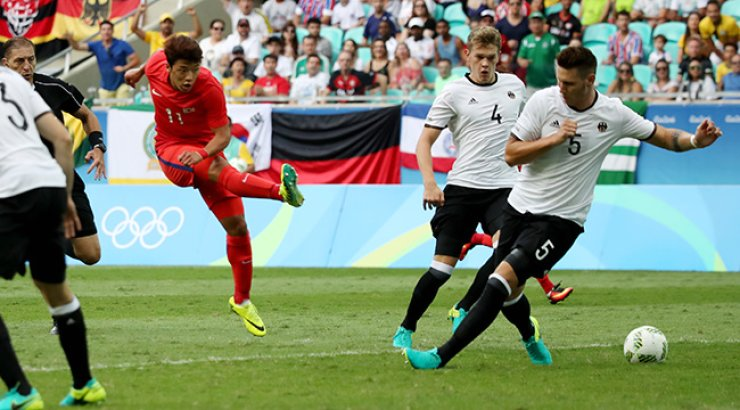 South Korean forward Hwang Hee-chan shoots during the first half of men's football against Germany at the Rio de Janeiro Olympics on Sunday. The match was held to a 3-3 draw. / Yonhap