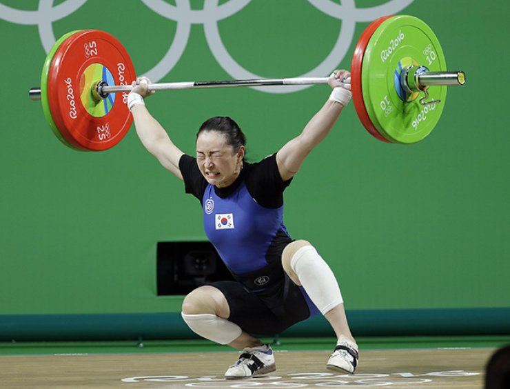 South Korean weightlifter Yoon Jin-hee struggles during an unsuccessful lift in the women's 53kg weightlifting competition at the Rio de Janeiro Olympics, Sunday. She won bronze in the competition. / Yonhap