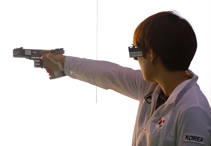 2012 London Olympics gold medalist Kim Jang-mi failed to advance to the top eight finalists in the women's 25m pistol on Tuesday, finishing ninth in the qualification rounds at the Rio de Janeiro Olympics. / Yonhap