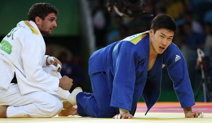 South Korean judoka Lee Seung-su, right, lost to Bulgaria's Ivaylo Ivanov in the men's 81kg on Tuesday, failing to reach the finals. / Yonhap