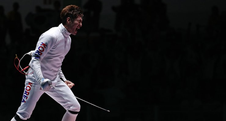 South Korean fencer Park Sang-young won gold in the men's individual epee at the Rio de Janeiro Olympics on Tuesday, defeating Hungary's Geza Imre 15-14. / Yonhap