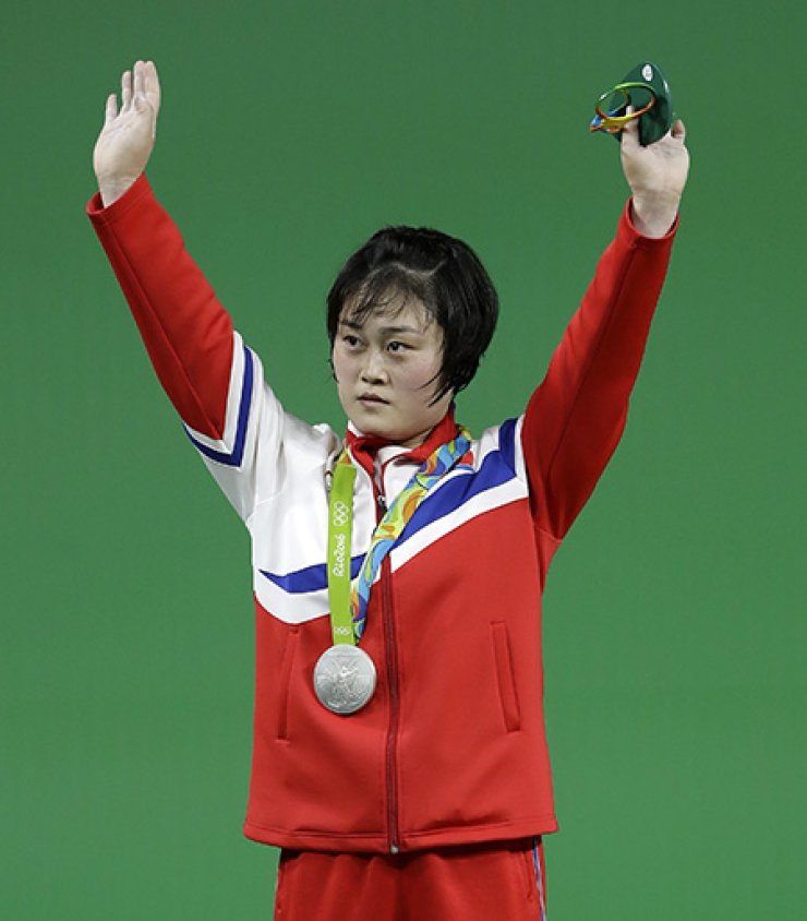 North Korean weightlifter Choe Hyo-shim won silver in the women's 63kg on Tuesday, bagging the state the second medal at the Rio de Janeiro Olympics. / Yonhap