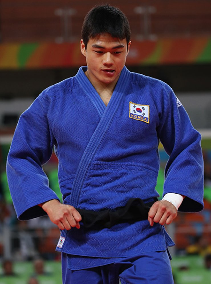 South Korean judoka Gwak Dong-han defeated Marcus Nyman of Sweden in the men's 90kg, winning the bronze medal at the Rio de Janeiro Olympics, Wednesday. / Yonhap