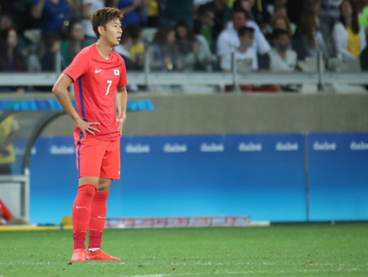 Forward Son Heung-min of South Korea looks astray after Honduras scored the match-winning goal in the second-half. Honduras won the game 1-0, knocking South Koreans out of the men's football quarterfinals in the Rio de Janeiro Olympics, Saturday. / Yonhap