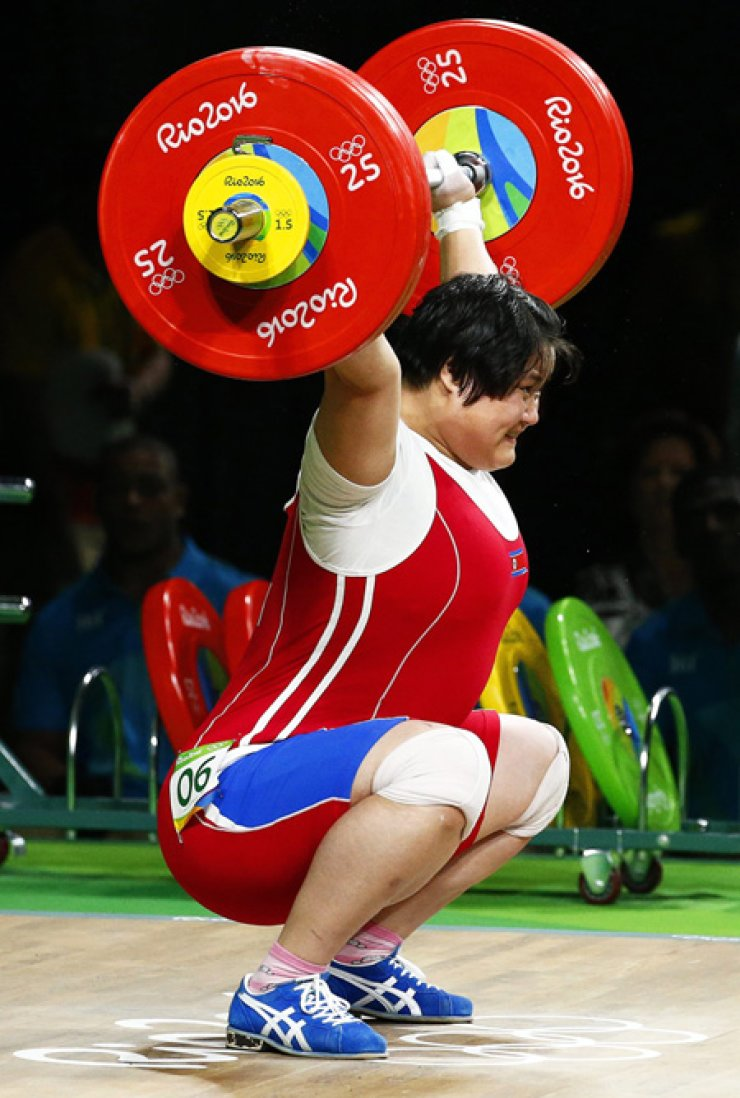 North Korean weightlifter Kim Kuk-hyang won silver in the women's +75-kg weight class at the Rio de Janeiro Olympics, Sunday. / Yonhap