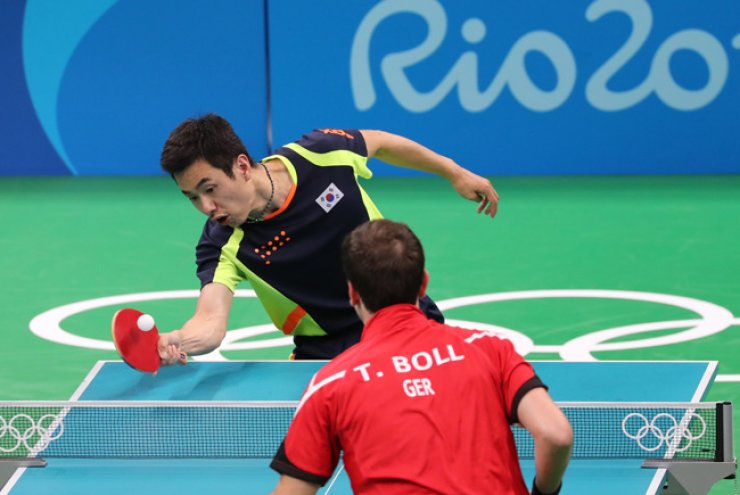 South Korea's Joo Sae-hyuk, top, competes against Germany's Timo Boll in the bronze medal match in the men's table tennis team event at the Rio de Janeiro Olympics on Wednesday. Germany defeated South Koreans 3-1. / Yonhap