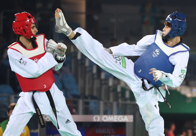 South Korea's Kim So-hui, right, competes against Tijana Bogdanovic of Serbia in the women's -49kg title at the Rio de Janeiro Olympics on Wednesday. / Yonhap