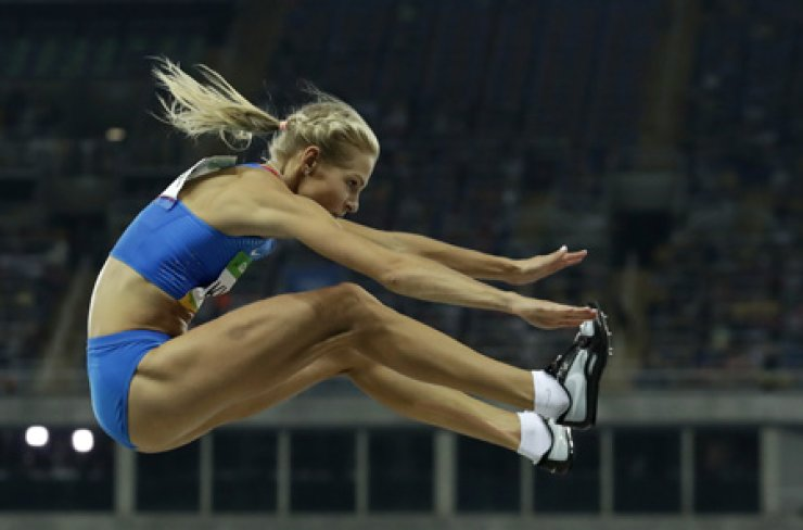Russia's Darya Klishina competes in the women's long jump final at the Olympic Stadium in Rio de Janeiro, Wednesday. She finished ninth. / AP-Yonhap