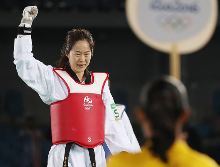 South Korea's Oh Hye-ri captured gold medal in women's -67kg taekwondo at the Rio de Janeiro Olympics on Friday, defeating Haby Niare of France 13-12. / Yonhap