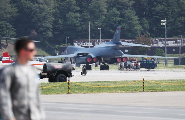 A B-1B strategic bomber of the U.S. Air Force at Osan Air Base in Gyeonggi Province on Sept. 23 / Yonhap