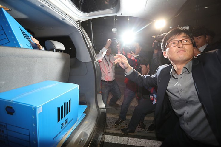 Seoul Central Prosecutors' Office officials load boxes of materials they confiscated from the Ministry of Culture, Sports and Tourism branch offices in the government complex in Sejong on Thursday as part of their investigation into the President Park Geun-hye's influence-peddling scandal involving her long-time confidant, Choi Soon-sil. / Yonhap