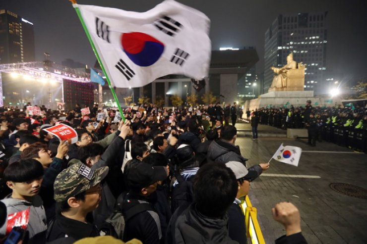 About 200,000 protesters gathered at Gwanghwamun Square on Saturday to demonstrate against President Park Geun-hye, echoing her resignation. / Yonhap