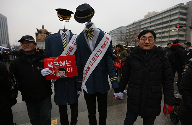 Protesters calling for President Park Geun-hye's resignation because of her alleged involvement in helping her longtime confidant Choi Soon-sil meddle in state affairs have packed Gwanghwamun Square in central Seoul on Nov. 26. / Yonhap