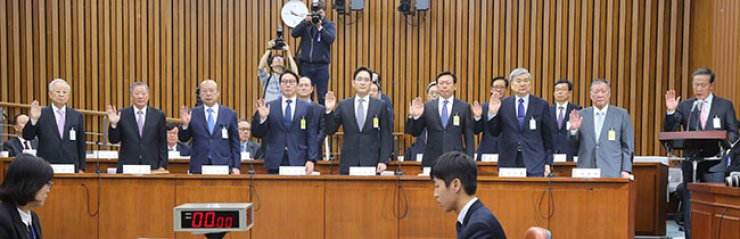 Leaders of the country's nine biggest conglomerates are sworn in as witnesses before the parliamentary investigation of the Park Geun-hye scandal, Tuesday. From right, Huh Chang-soo, GS Group Chairman and leader of the Federation of Korean Industries, the nation's biggest business lobby; Hyundai Motor Group Chairman Chung Mong-koo; Hanjin Group Chairman Cho Yang-ho; Lotte Group Chairman Shin Dong-bin; Samsung Group Vice Chairman Lee Jae-yong; SK group Chairman Chey Tae-won; Hanwha Group Chairman Kim Seung-youn; LG Group Chairman Ku Bon-moo; and CJ Group Chairman Sohn Kyung-shik. / Yonhap