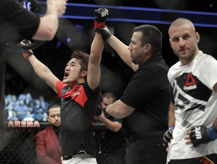 Kim Dong-hyun celebrates after defeating Belgium's Tarec Saffiedine in a welterweight mixed martial art fight at UFC 207, Dec. 30, in Las Vegas. He won by a split decision. / AP-Yonhap