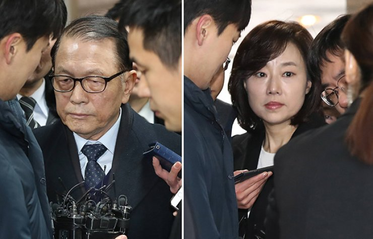 Former presidential chief of staff Kim Ki-choon (left) and Culture Minister Cho Yoon-sun enter the Seoul Central District Court, Friday. / Yonhap