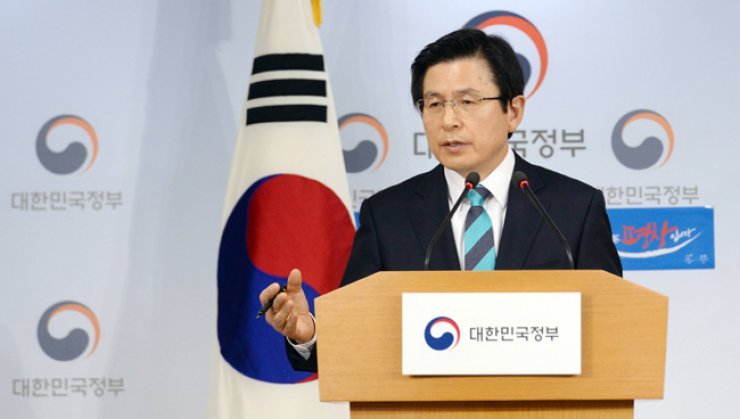 Hwang Kyo-ahn speaks at New Year's meeting with local reporters, his first press conference as an acting president, at Seoul Metropolitan Govenrment Office, Monday. / Yonhap