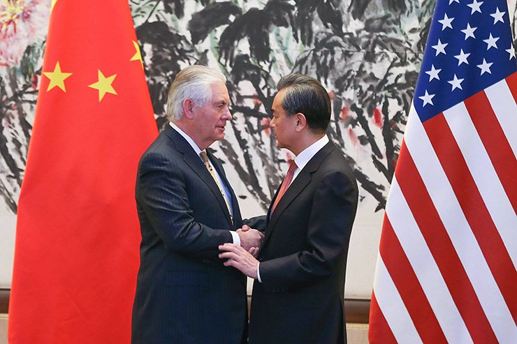 China's Foreign Minister Wang Yi, right, shakes hands with U.S. Secretary of State Rex Tillerson after a joint press conference at the Diaoyutai State Guesthouse in Beijing on Mar. 18. / AFP-Yonhap
