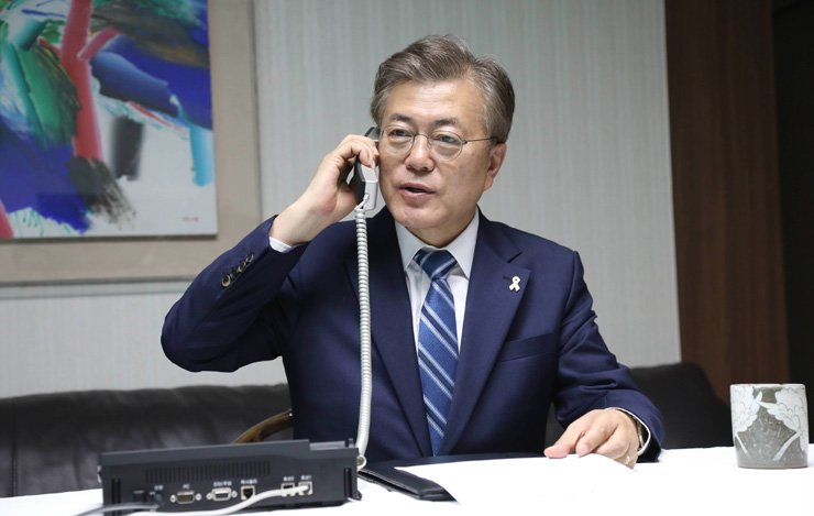President Moon Jae-in phones the Joint Chiefs of Staff from his home in Hongeun-dong, Seoul, Wednesday. / Yonhap