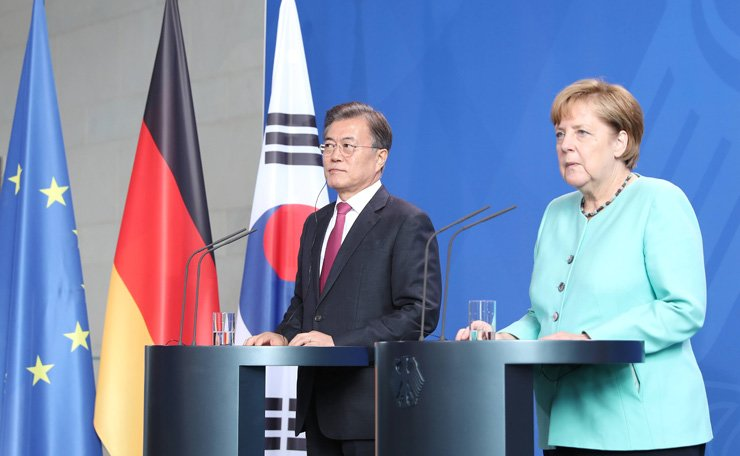 South Korean President Moon Jae-in, left, and German Chancellor Angela Merkel at the joint press conference after the reception with military honors in the chancellery in Berlin, Germany, July 5. / Yonhap