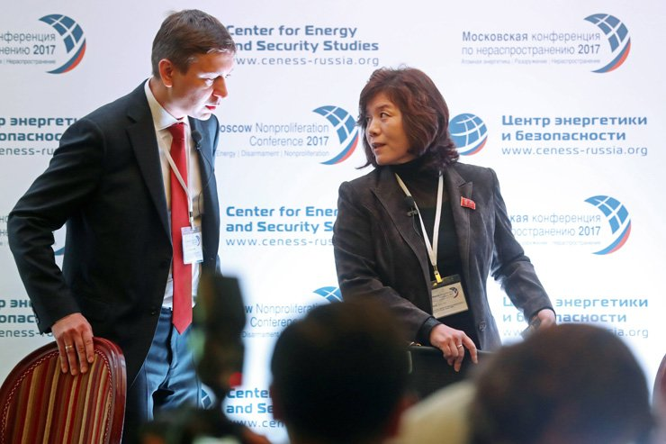 CENESS Director and Nuclear Club Editor-in-Chief Anton Khlopkov (left) and Choe Son-hui, Head of the North America Department of North Korea's Foreign Ministry, attend the 2017 Moscow Nonproliferation Conference at the Centre for Energy and Security Studies, Oct. 21. / Tass-Yonhap