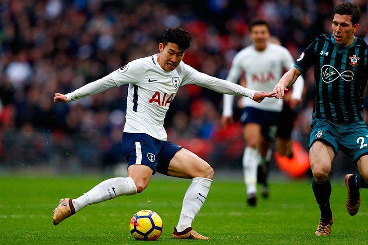Tottenham Hotspur's South Korean striker Son Heung-Min shoots to score their fourth goal during the English Premier League football match between Tottenham Hotspur and Southampton at Wembley Stadium in London, on December 26, 2017. / AFP-Yonhap