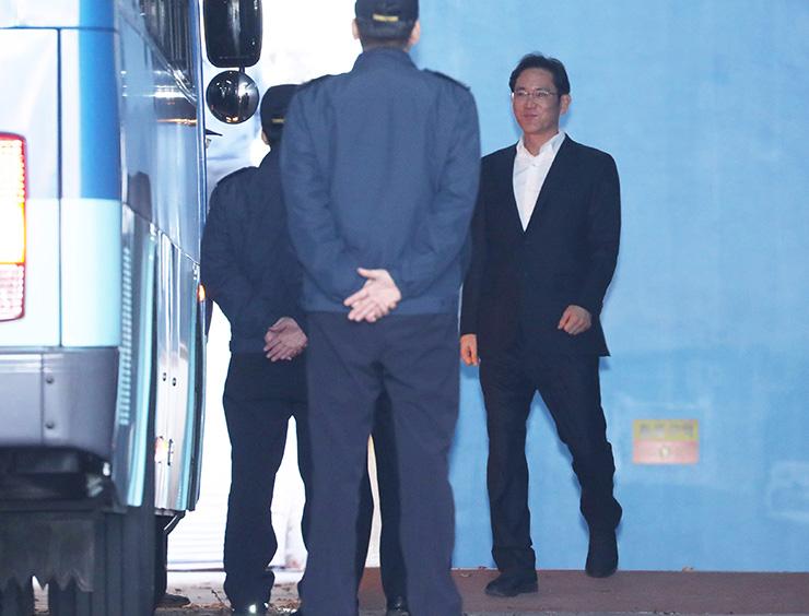 Samsung Electronics Vice Chairman Lee Jae-yong walks into the Seoul High Court to hear the ruling on Monday. / Yonhap