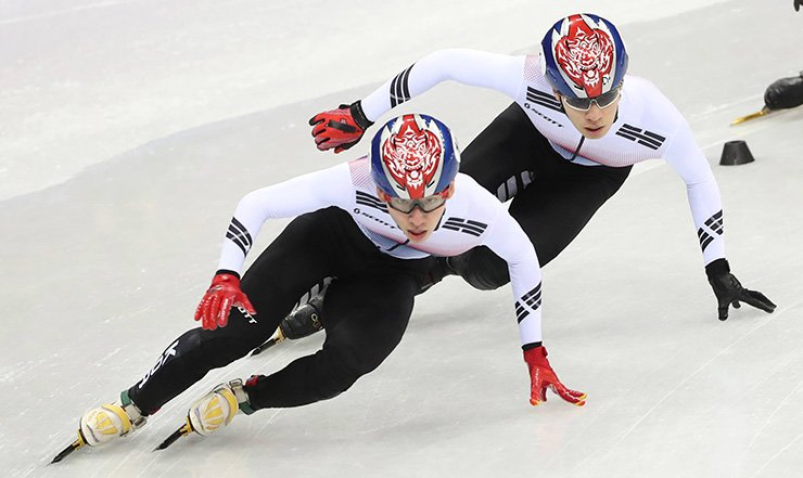 Lim Hyo-jun, left, and Hwang Dae-heon of South Korea race in the men's 1,500-meter short track speed skating final at Gangneung Ice Arena, Feb.10./ Yonhap