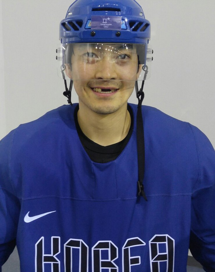 Oh Hyon-ho had three teeth knocked out by the errant stick of Canadian forward Mason Raymond on Sunday during the PyeongChang Winter Olympics. / Yonhap