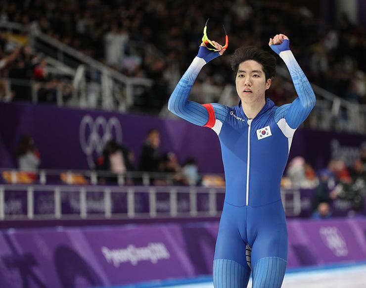 Cha Min-kyu is dashing in the men's 500-meter speed skating race, Monday. / Yonhap
