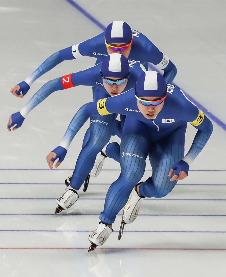 From left, South Korea's Kim Min-seok, Lee Seung-hoon and Chung Jae-won celebrate after winning the silver medal at the PyeongChang Winter Olympics speed skating men's team pursuit final against Norway at the Gangneung Oval, Wednesday. / Korea Times photo by Shim Hyun-chul