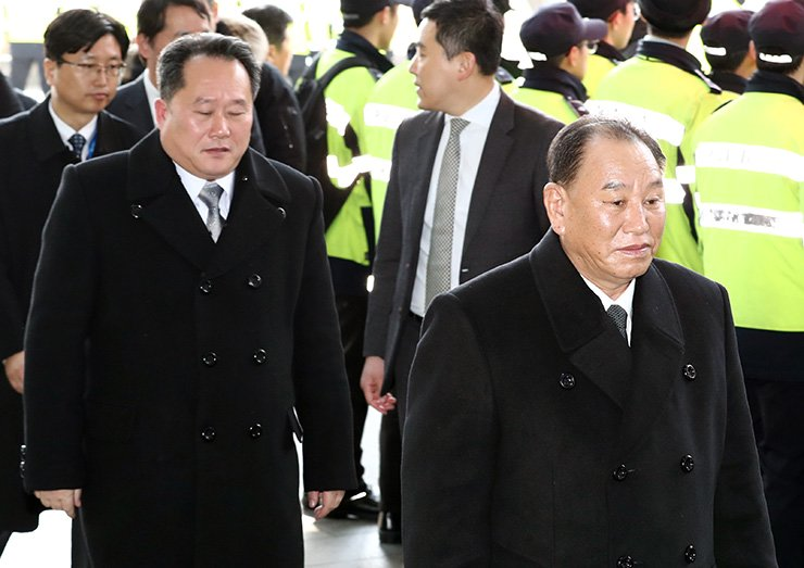 Kim Yong-chol, right, vice chairman of the ruling Workers' Party's Central Committee of North Korea, walks into Walkerhill Hotel in Seoul, Sunday. Kim and other high-level North Korean delegates will stay at the hotel for three days. / Yonhap