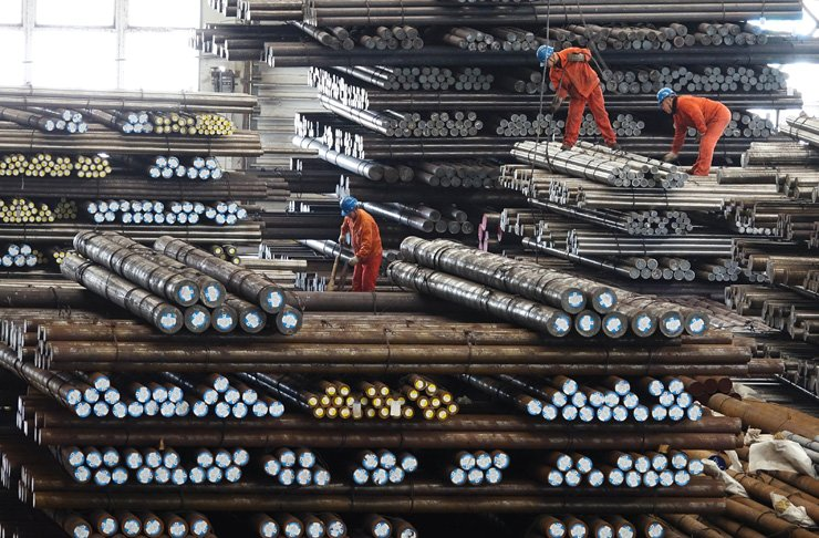 Workers transport steel bars at a plant of Dongbei Special Steel Group in Dalian, Liaoning province, China, March 29. / REUTERS-Yonhap