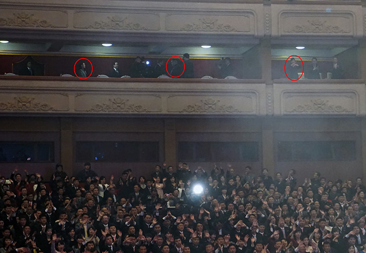North Korean leader Kim Jong-un waves his hand to the crowd at the East Pyongyang Grand Theater, Sunday. Standing next to him is South Korea's Culture, Sports and Tourism Minister Do Jong-whan. / Joint Press Corps
