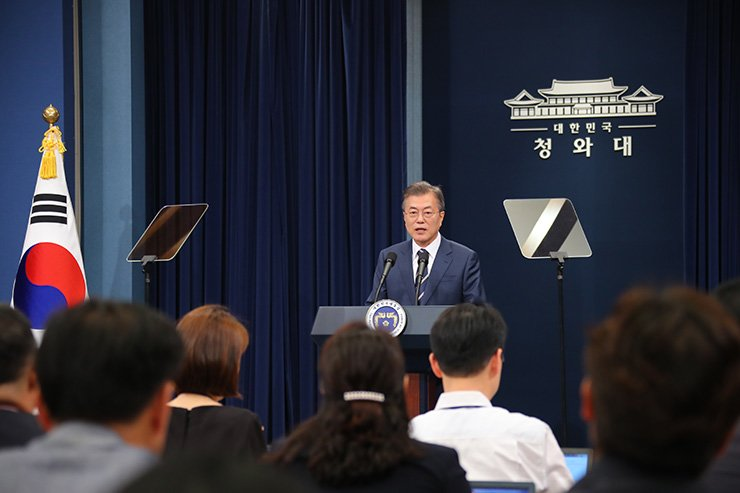 President Moon Jae-in announces the outcome of his second meeting with North Korean leader Kim Jong-un on Saturday. / Yonhap