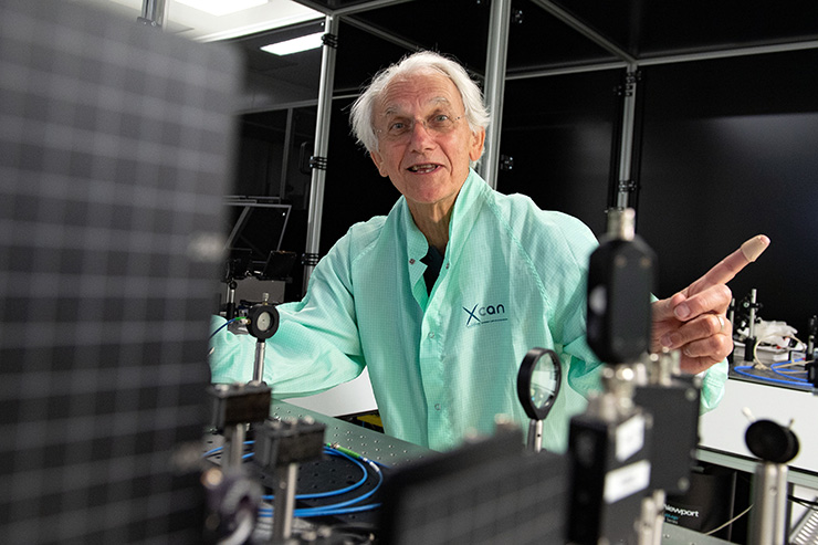 Arthur Ashkin, who won the 2018 Physics Nobel Prize for inventing 'optical tweezers', poses in his home in Rumson, New Jersey, U.S., October 2, 2018. REUTERS-Yonhap