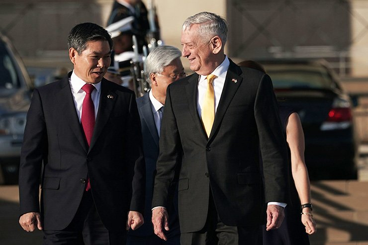 U.S. Secretary of Defense Jim Mattis, right, welcomes South Korean National Defense Minister Jeong Kyeong-doo during a full honor arrival at the Pentagon Oct. 31, 2018 in Arlington, Virginia. Defense Minister Jeong was at the Pentagon to attend the 50th annual ROK-U.S. Security Consultative Meeting. AFP-Yonhap