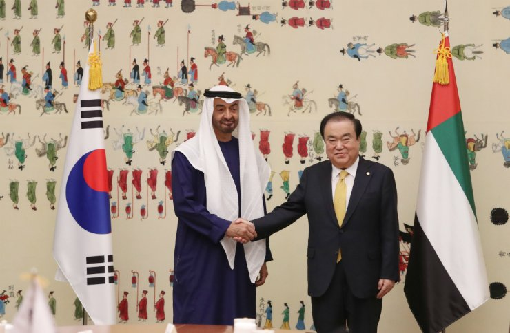 National Assembly Speaker Moon Hee-sang, right, shakes hands with Abu Dhabi's Crown Prince Mohammed bin Zayed Al-Nahyan, de facto leader of the United Arab Emirates (UAE) at the National Assembly, Tuesday. Yonhap