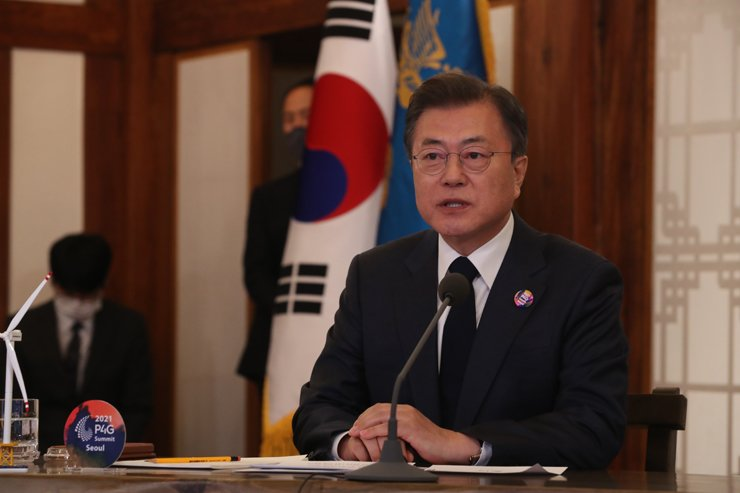 President Moon Jae-in makes a speech during the virtual Leaders Summit on Climate, Thursday.  Yonhap