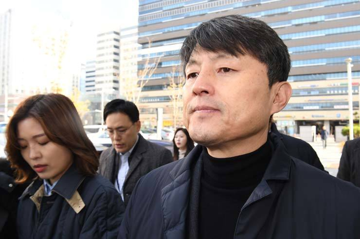Former Busan Vice Mayor for Economic Affairs Yoo Jae-soo appears at the Seoul Eastern District Court in Songpa-gu, Seoul, Wednesday, to attend the court's review on whether to issue an arrest warrant over his alleged bribery charges during his term at the Financial Services Commission in 2017. / Korea Times photo by Bae Woo-han