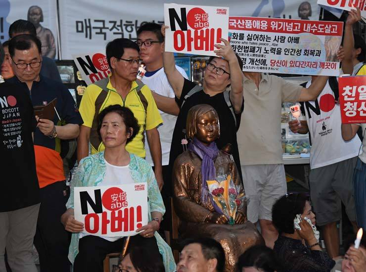 People protest against Japanese Prime Minister Shinzo Abe in front of Japanese Embassy in Korea, Seoul, Saturday, calling to withdraw economic strike on Korea. / Korea Times photo be Oh Dae-geun